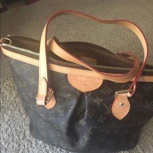 Handbags - 🏙PALERMO🏙 Beautiful bag in pristine condition!!